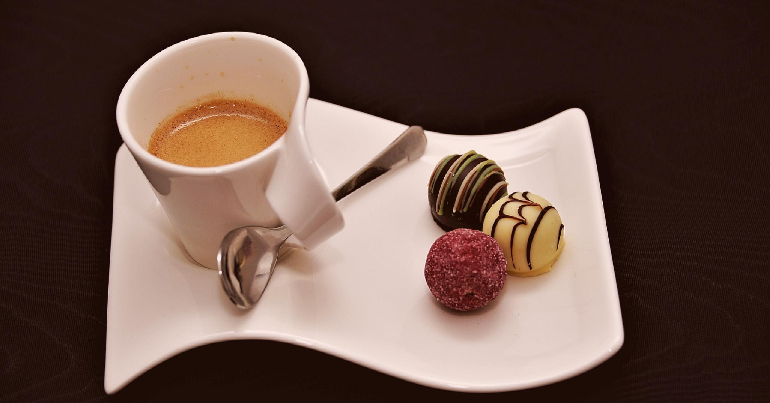 café com oferta de chocolates